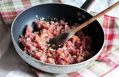 la preparazione del ragù di salsiccia