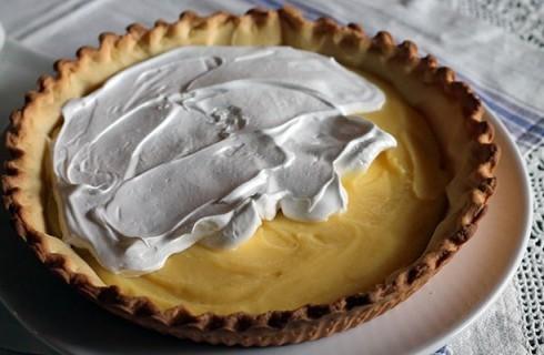 Il confezionamento della crostata meringata al limone