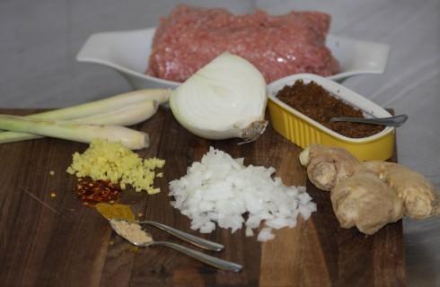 Gli ingredienti delle polpette di pollo thai