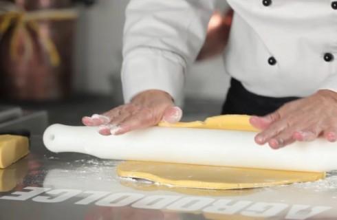 La stesura della frolla per la crostata di marmellata