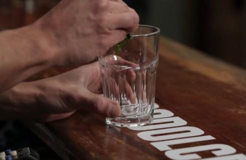 La menta strofinata sul bicchiere
