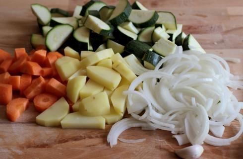 Il taglio delle verdure per il curry indiano