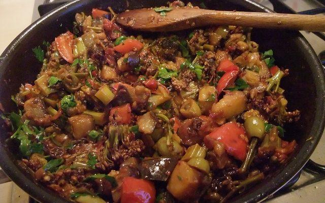Quaglia in cartoccio con caponata di verdure con la ricetta di Bruno Barbieri