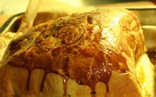 La ricetta del filetto di maiale in crosta con salsa bernese e patate alla lionese