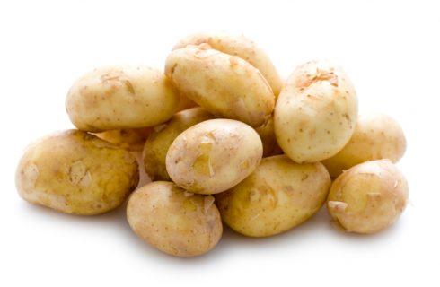La ricetta delle patate glassate al vino rosso, ottimo contorno vegetariano