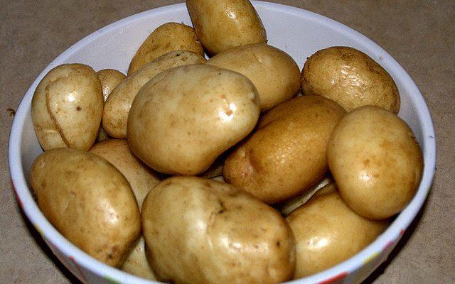 Patate al forno con besciamella e prosciutto, ecco come si preparano