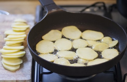 la frittura delle patate per il moussaka