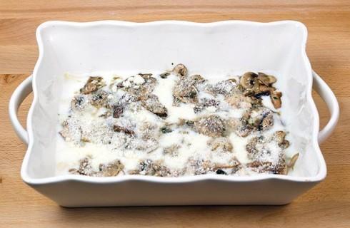 Il confezionamento delle lasagne ai funghi