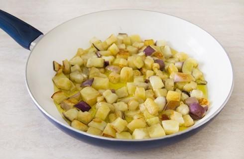 La frittura delle melanzane per la caponata