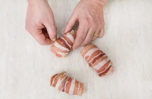 Gli involtini di pollo avvolti nella pancetta