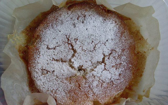 La torta al limone, mandorle e cioccolato bianco per il dessert di fine pasto