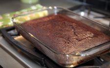 La torta con farina di mandorle e cioccolato senza uova, ideale per gli intolleranti