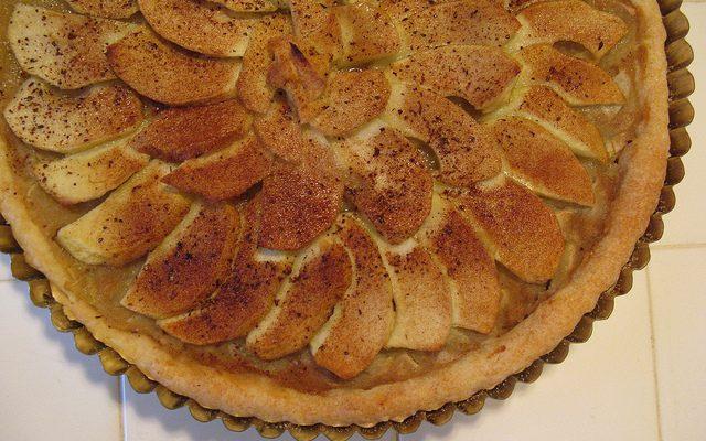 La ricetta della torta di mele con pasta sfoglia e crema pasticcera