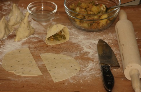Il confezionamento dei samosa