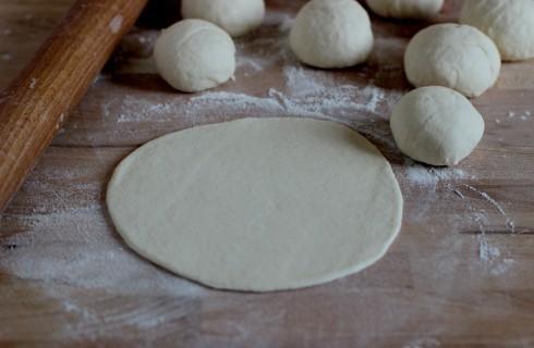 La preparazione del pane indiano naan