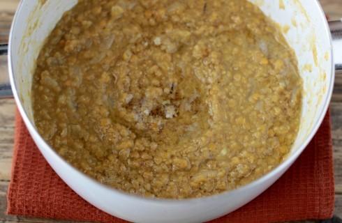 La preparazione della zuppa di lenticchie indiana