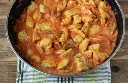 La cottura del pollo al curry indiano
