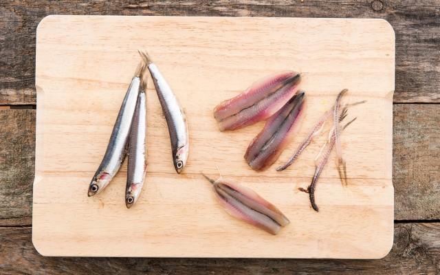 La preparazione delle alici marinate