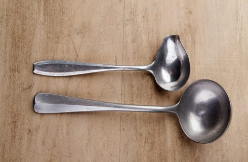 Il mestolo in cucina: da salsa, da brodo, da wok, forato e a rete