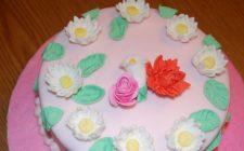 La torta decorata con fiori in pasta di zucchero da realizzare facilmente in casa