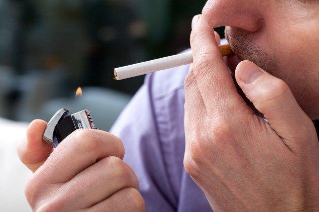 Accende sigaretta