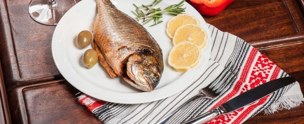 16 regole del galateo per mangiare pesce e molluschi
