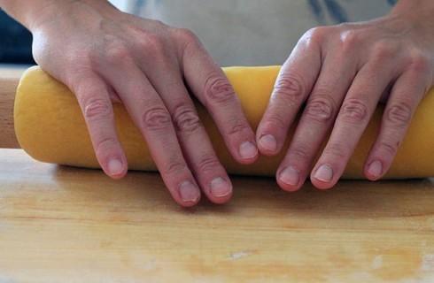 La stesura della pasta all'uovo per i ravioli