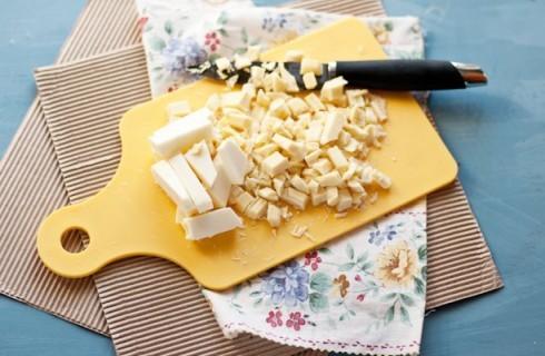 La cioccolata e il burro per confezionare i bon bon di canesterelli