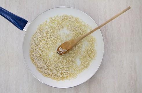 la tostatura del riso per il risotto agli asparagi