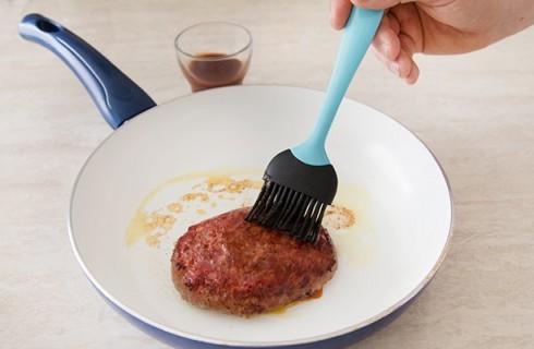 La preparazione degli hamburger con salsa al vino rosso