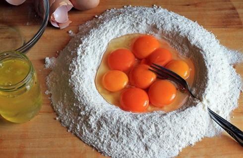 La preparazione della pasta all'uovo dei ravioli