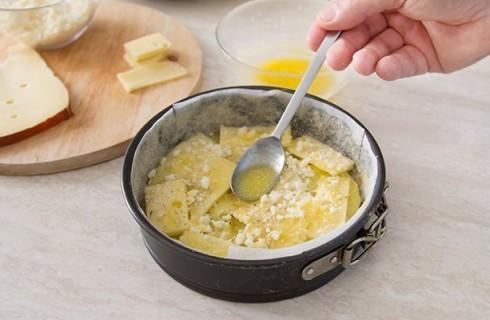 La preparazione del tortino di patate