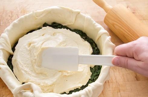 Il confezionamento della torta pasqualina