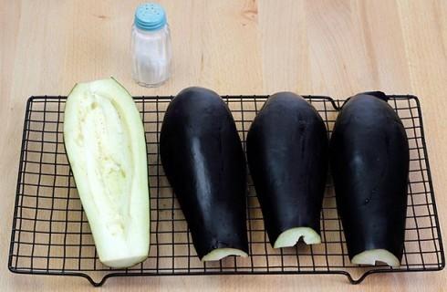 La preparazione delle melanzane ripiene
