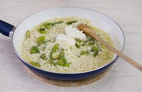 La preparazione del risotto agli asparagi