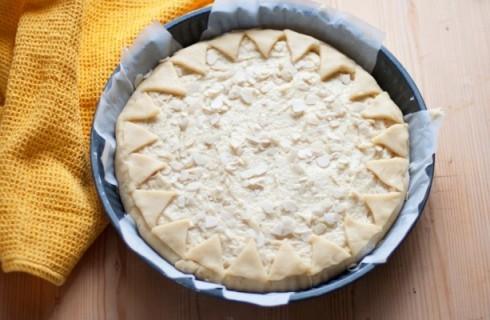 Il confezionamento della crostata frangipane