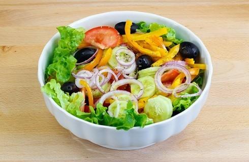 La preparazione dell'insalata greca