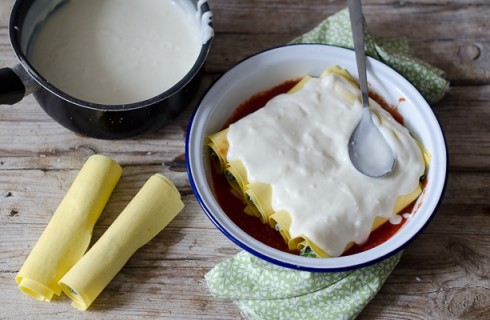 La preparazione dei  cannelloni ricotta e spinaci