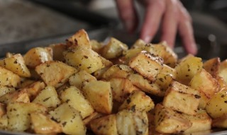 Batatas assadas: tutoriais em vídeo para prepará-las