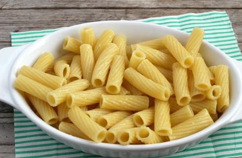 La preparazione dell'insalata di pasta