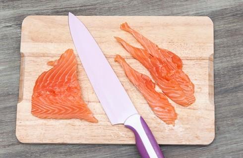 Il taglio del salmone per gli hosomaki