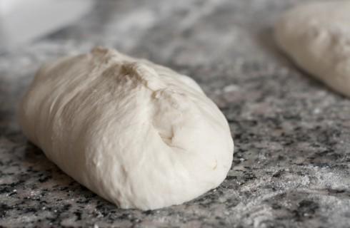 Le pieghe per sigillare l'impasto della pizza da forno