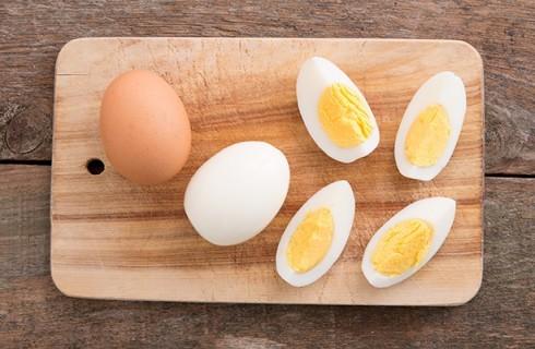 Le uova sode per l'insalata nizzarda