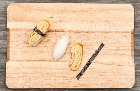 La preparazione del nigiri con l'alga nori