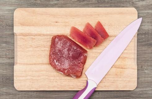 Il taglio del filetto di tonno per il sashimi