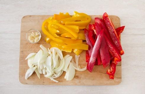La preparazione della peperonata