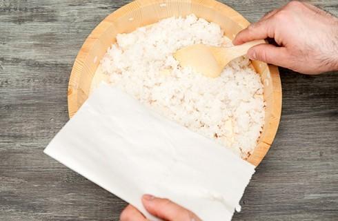 La preparazione del riso per il sushi