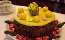 Ecco la torta pasquale decorata con pasta di zucchero