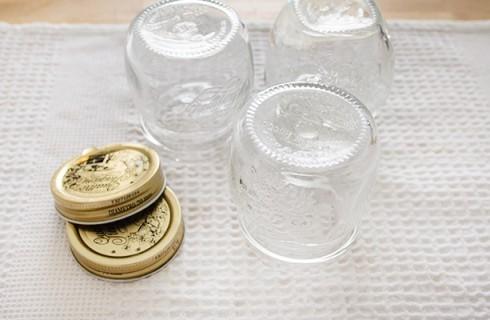 La sterilizzazione dei barattoli per la confettura di fragole