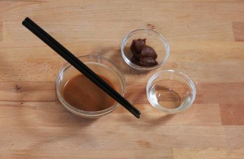 la preparazione della zuppa di miso